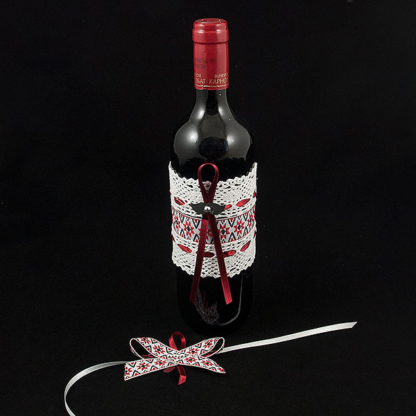 Украсена бутилка червено вино 05